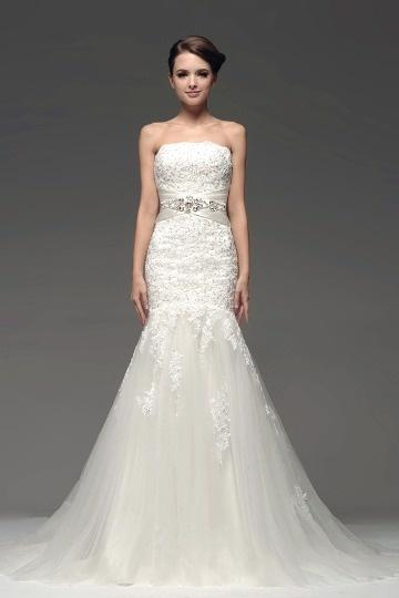 Robe sirène blanche ornée de bijoux fleurs appliquées