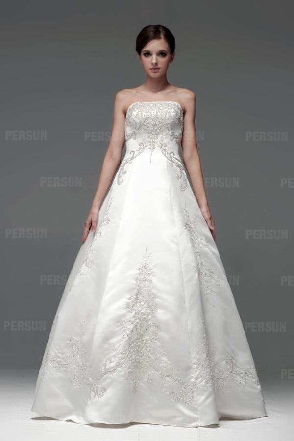 Robe blanche mariée brodée ornée de bijoux empire