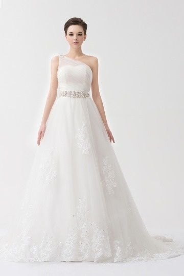 Robe mariée blanche empire à seule épaule ruchée ornée de bijoux