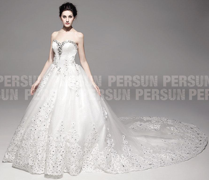 robe de mariée princesse bustier coeur en dentelle appliquée embelli de bijoux à trîne cathédrale