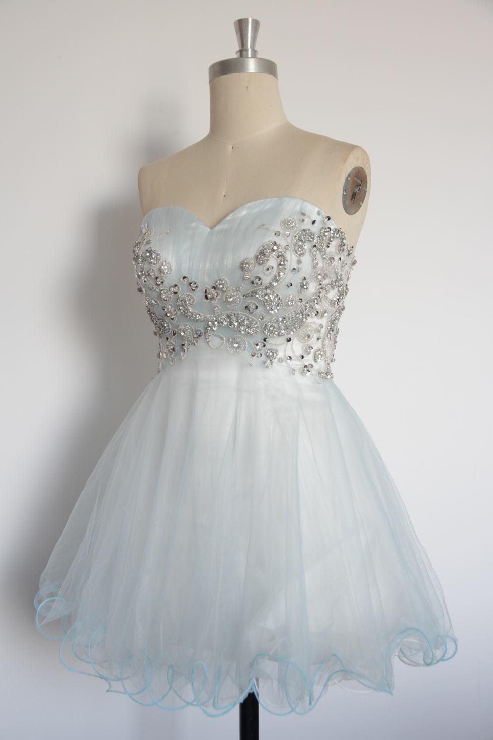 robe d'anniversaire décolleté en cœur orné de strass