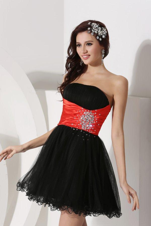 petite robe de soirée noire avec ceinture rouge orné de bijoux en organza
