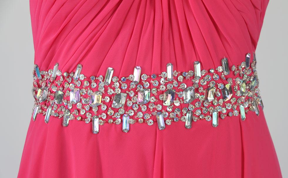 robe fuchsia courte devant longue derrière asymétrique orné de bijoux sur la taille