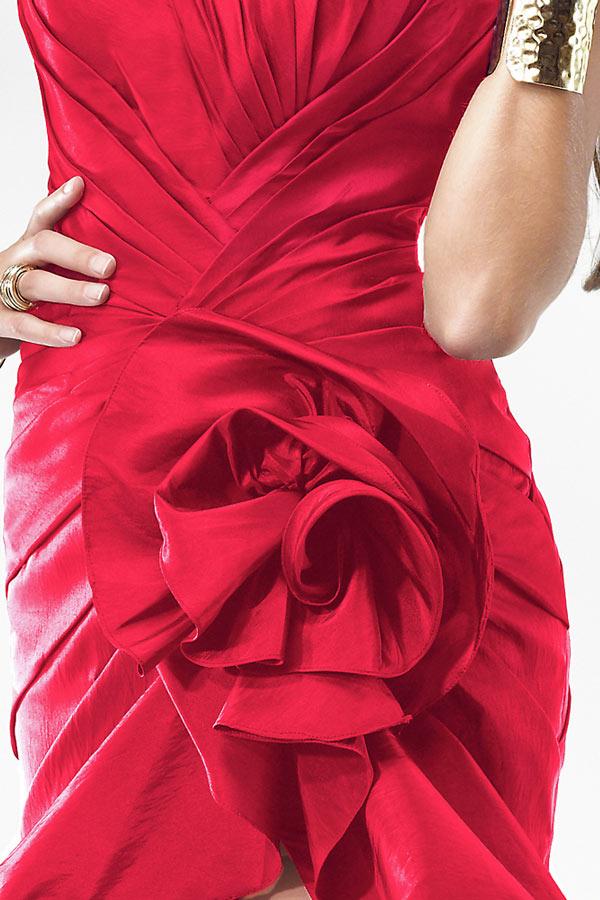 robe rouge ornée de fleurs fait-main