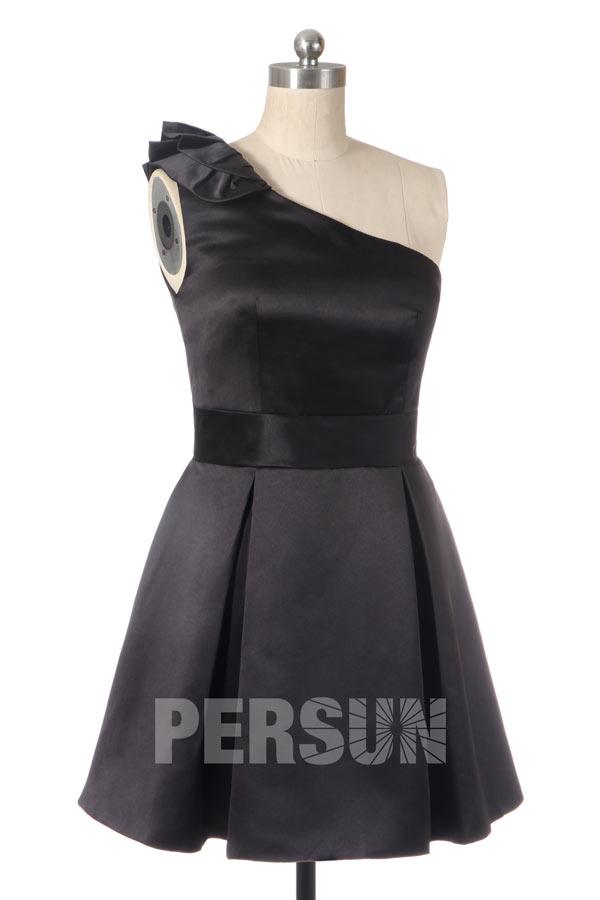 Robe de cocktail courte en satin noir asymétrique