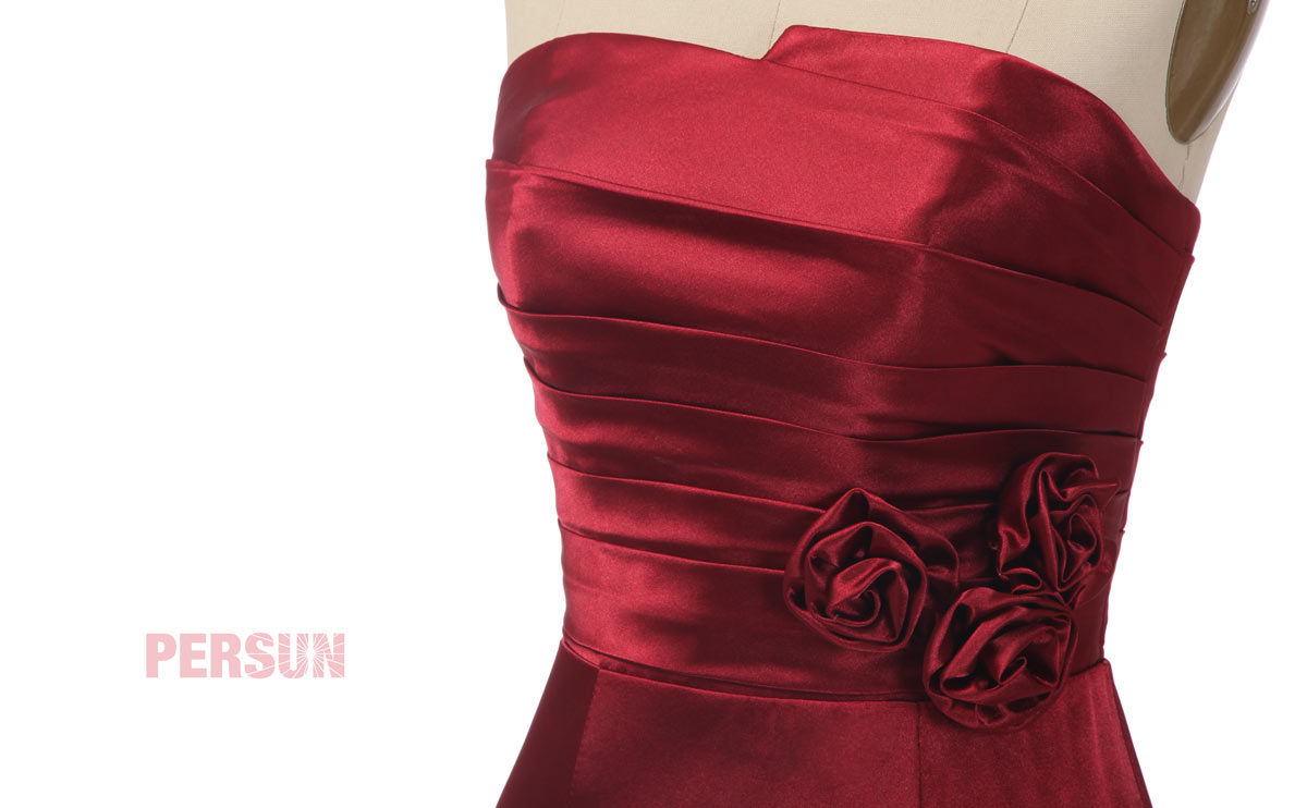 robe de cocktail courte rouge bustier drapé en satin élastique ceinturé de fleurs