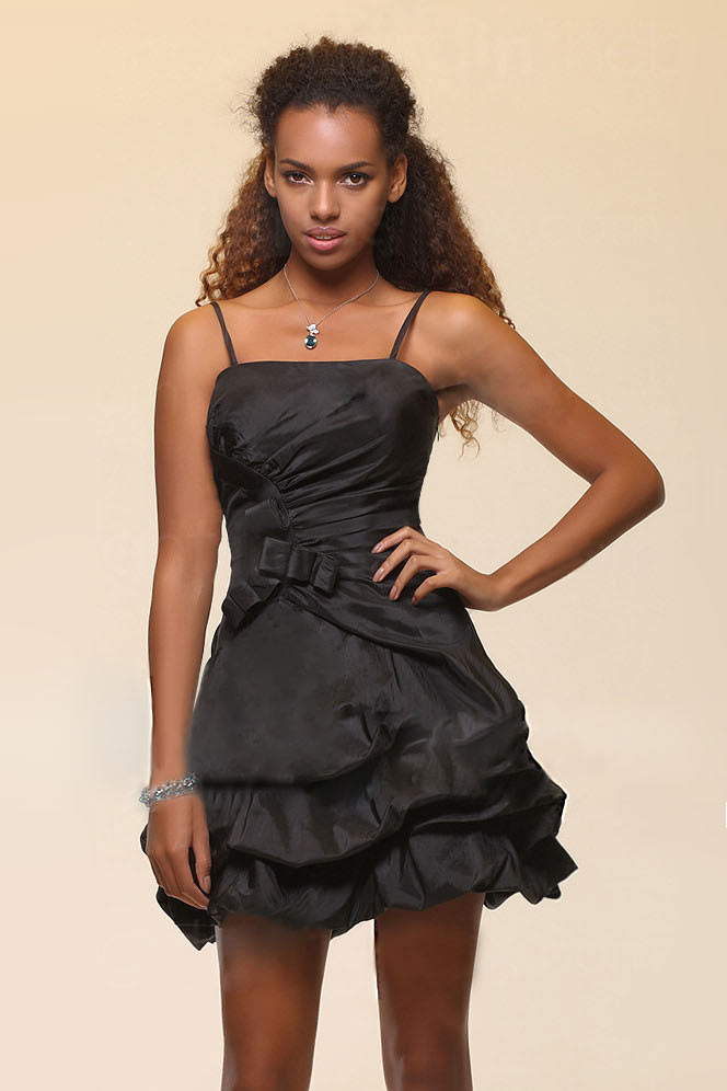 Robe noire courte avec bretelles ruchées nœud papillon