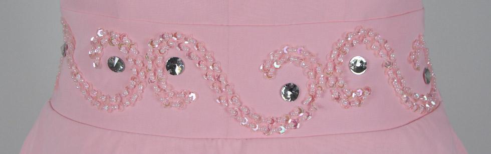 robe rose courte devant longue derrière bustier cœur orné de bijoux sur la taille