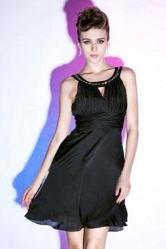 Petite robe noire ornée de strass ruchée