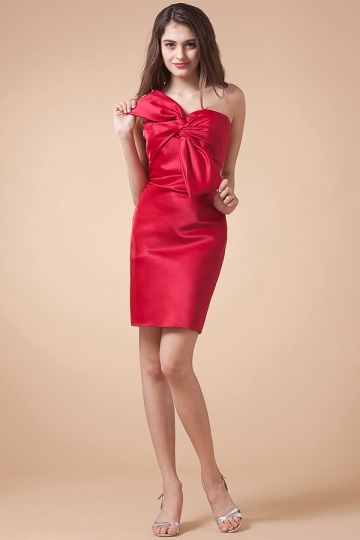 Robe rouge de cocktail avec nœud papillon en satin