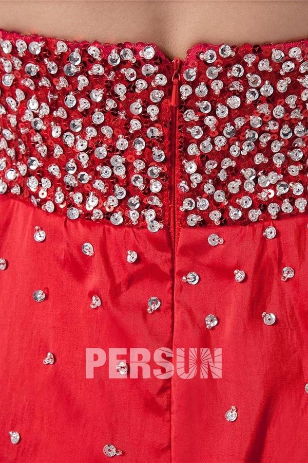 Robe rouge courte dos nu ornée de paillettes et de strass