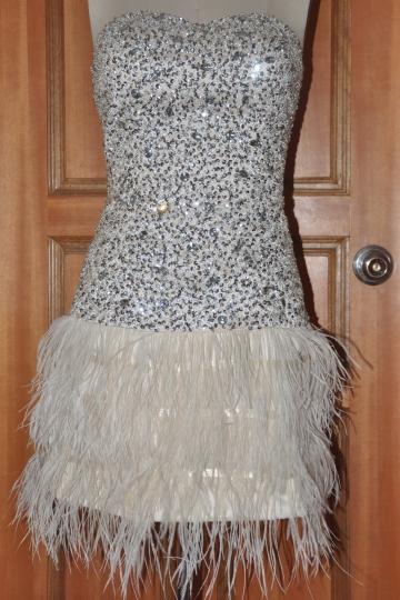 Robe cocktail courte champagne bustier coeur en paillettes à jupe en plume