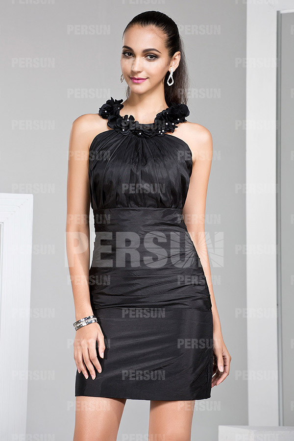 Petite robe noire ornée de fleurs autour du col