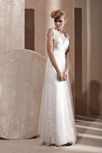 Robe de soirée en tulle brodé blanc à A-ligne ornée de strass décolletée en V
