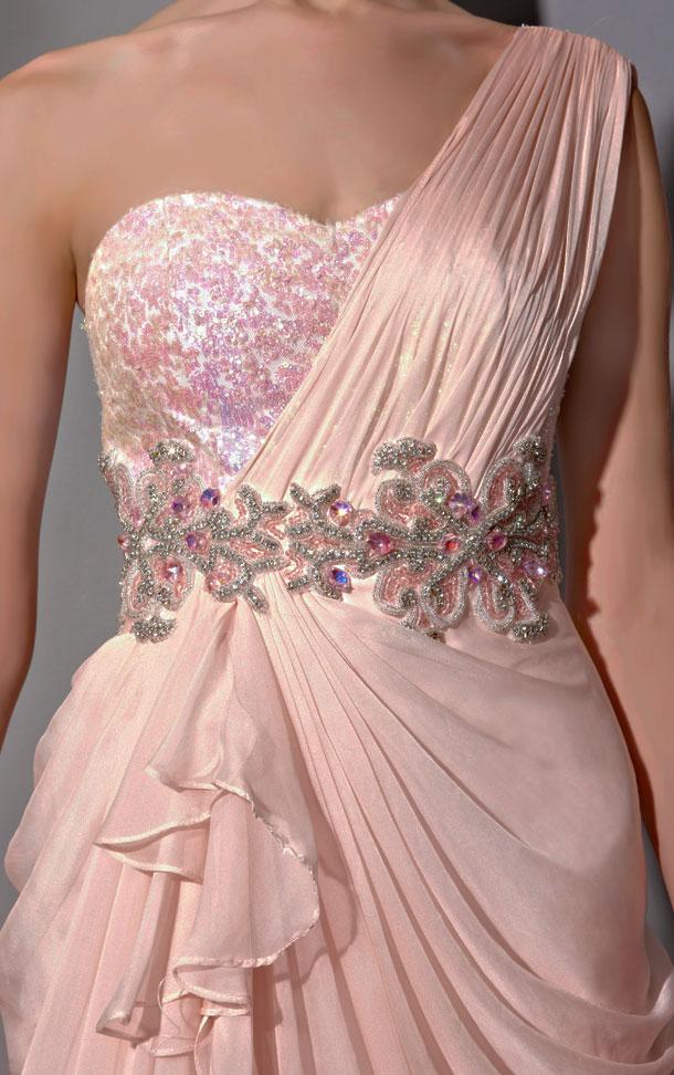 Robe asymétrique rose pastel brodée de bijoux et sequin
