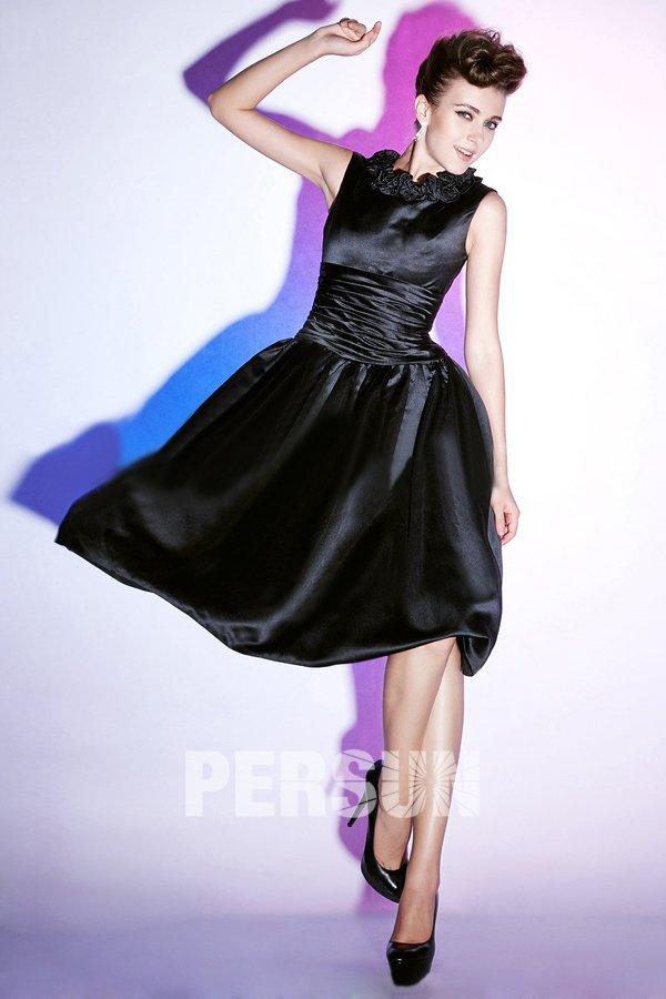 petite robe noire chic taille plissé col embelli de fleurs fait-main