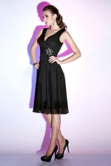 Petite robe noire ornée de strass au niveau de la taille