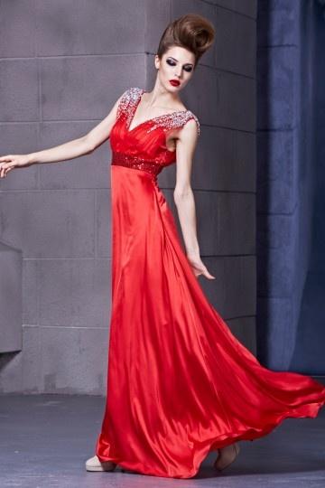 Robe rouge avec bretelles ornée de strass empire pailletée
