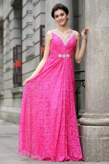 Robe de soirée longue en dentelle rose fuchsia décolleté V orné de bijoux