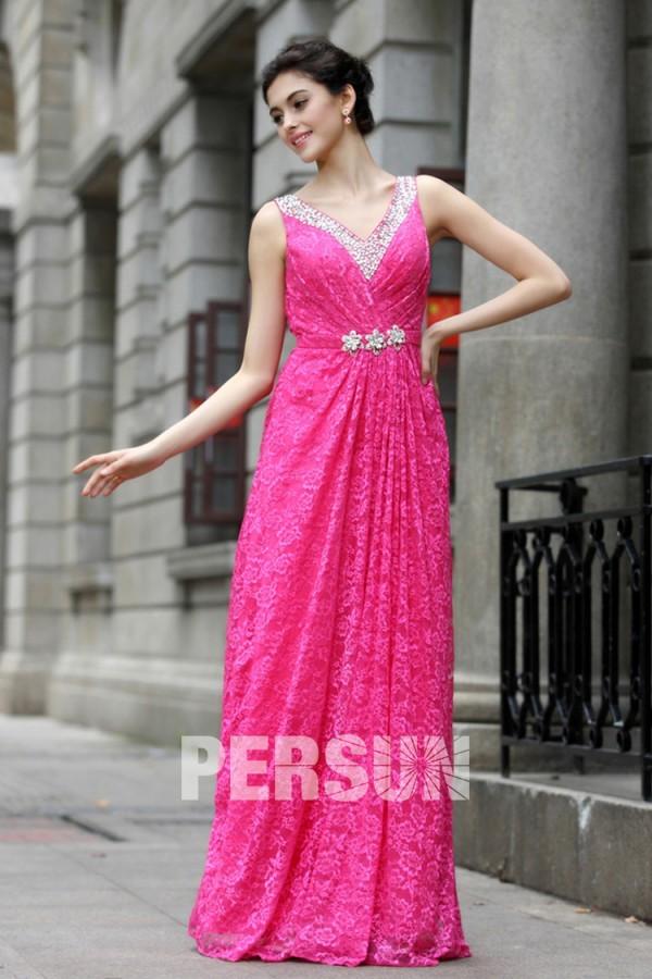 Robe de gala longue en dentelle rose bonbon décolleté bijouté en V