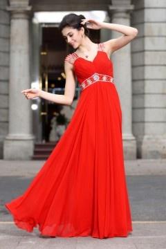 Robe empire rouge longue plissée ornée de bijoux à encolure V