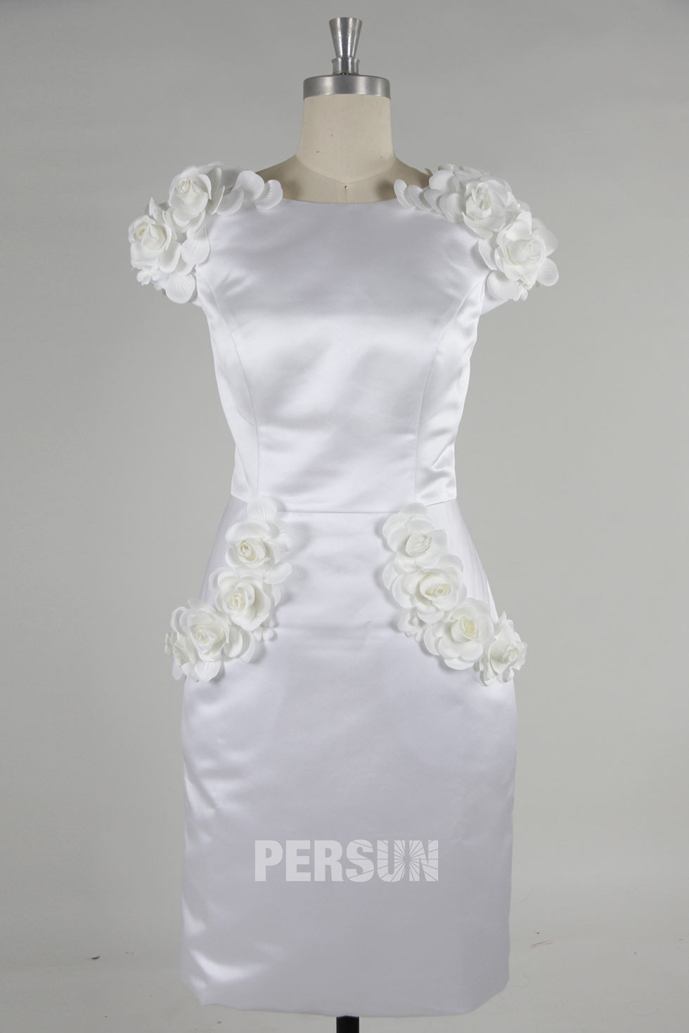 robe courte genoux blanche ornée de fleur