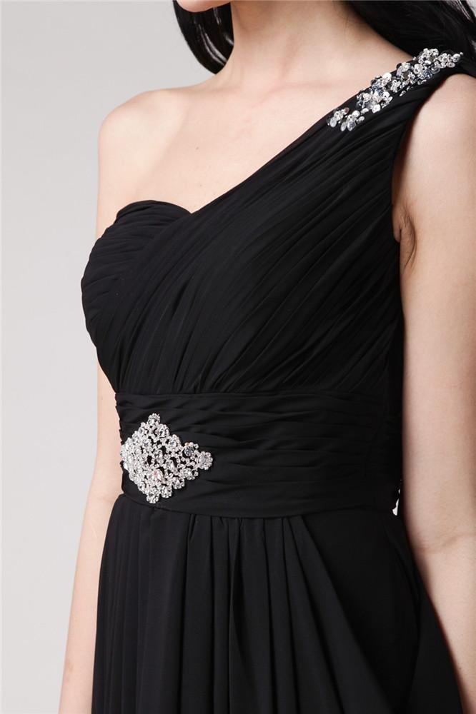 robe de soirée noire à super effet drapé sur l'épaule