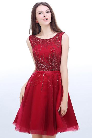 Robe rouge courte ornée de paillettes dos décolleté en V