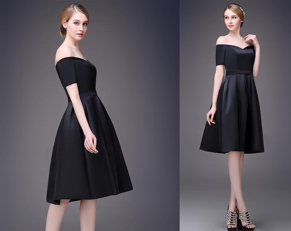 Robe noire dénudée au ras du genoux à jupe plisée