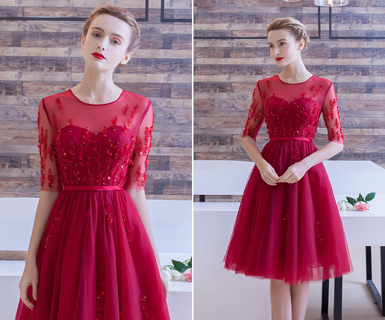 robe de soirée courte rouge princesse col illusion embelli de fleurs à manches courtes transparentes