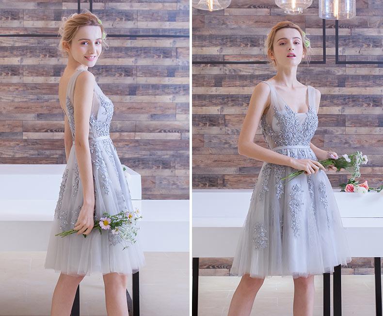 robe courte grise col v appliquée de dentelle pour la mariée