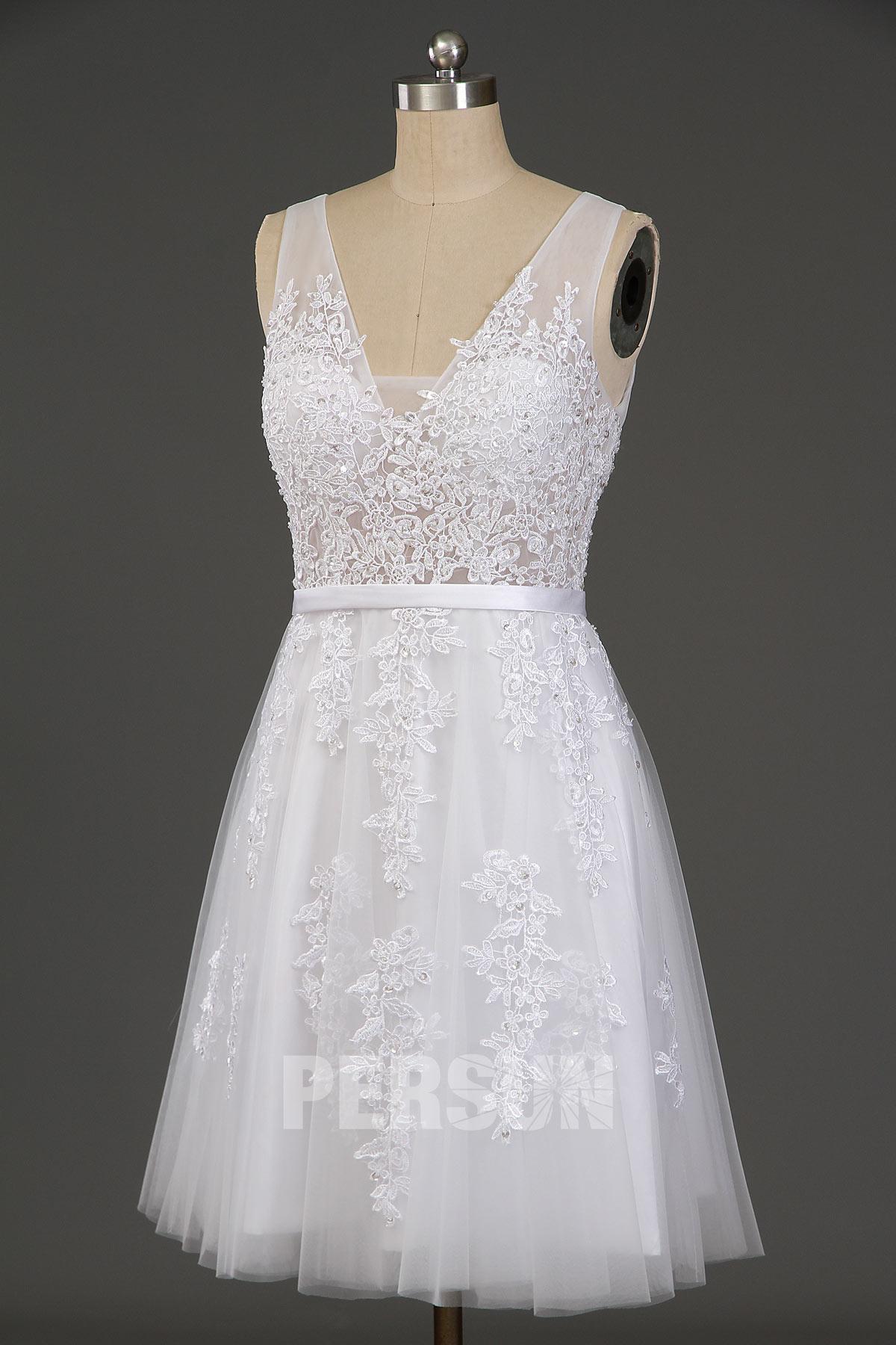 robe de cocktail blanche princesse courte en dentelle appliquée ornée de strass col en v