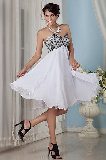 Robe patineuse empire blanche sexy bustier coeur cousu de perlettes noires