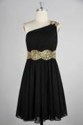 Petite robe noire asymétrique ornée de paillettes en mousseline