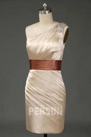 Robe courte de cocktail fourreau asymétrique entièrement plissée