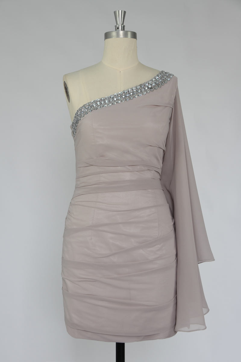 Robe de cocktail bustier col asymétrique ornée de strass coupe fourreau