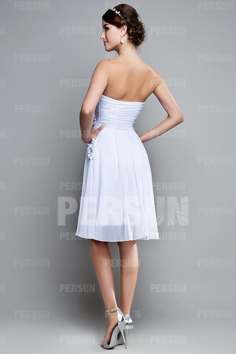7dd61f73954 Petite robe blanche bustier plissé avec fleurs fait main pour cocktail de  mariage