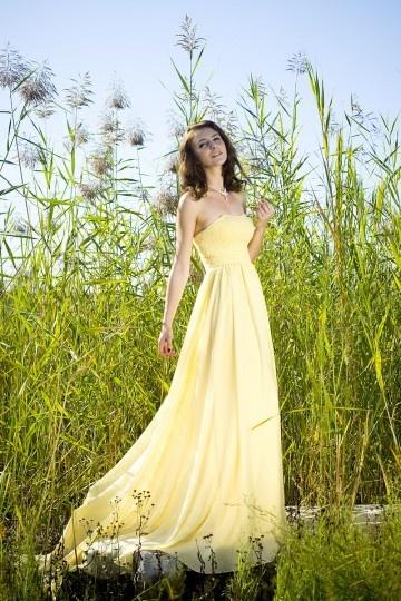 Robe de soirée bustier jaune en mousseline ornée de bijoux