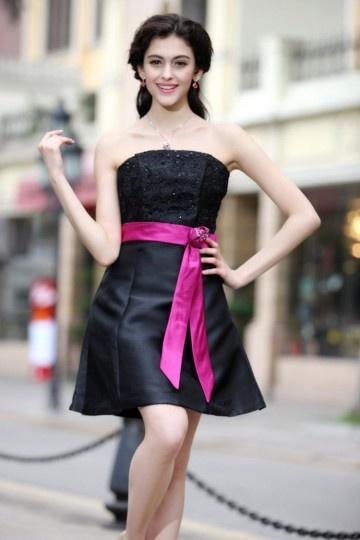 Petite robe noire bustier accessoirisée d'une ceinture fuchsia