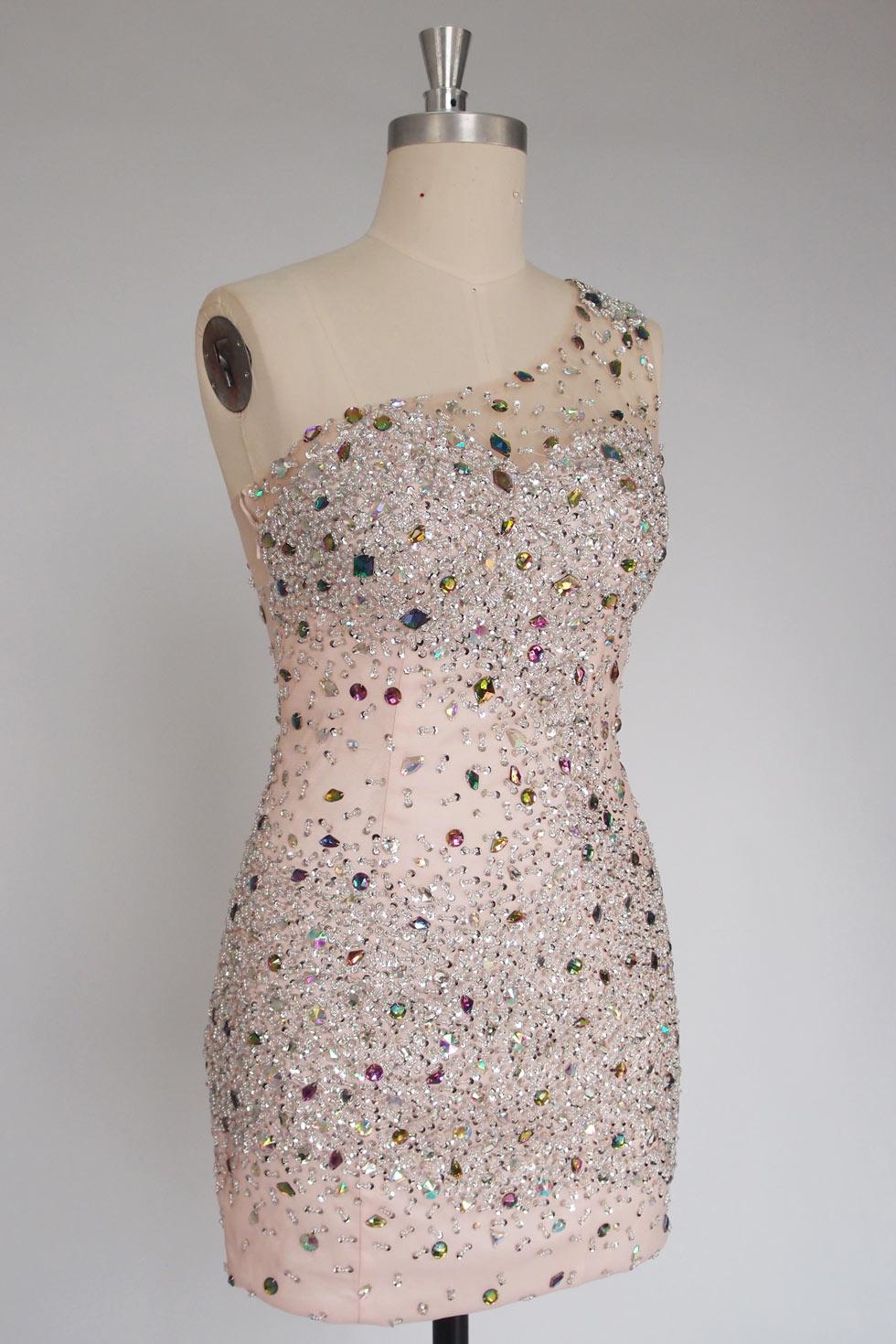 Petite robe fourreau recouverte de strass