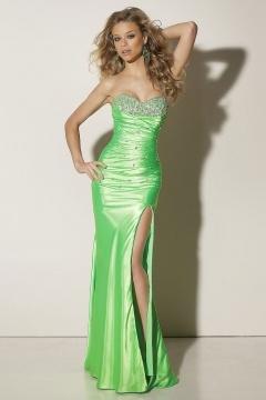 Robe de bal moulante bustier coeur ornée de bijoux en satin vert avec fente latérale