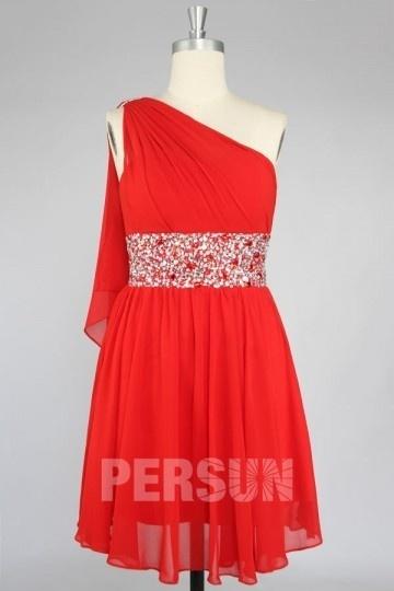 Robe de bal rouge courte bustier asymétrique taille strassée