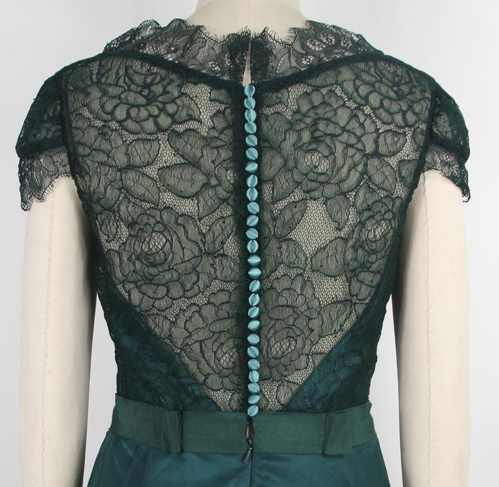 Elégante robe dos en dentelle transparent