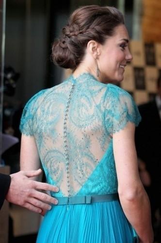 Robe soirée longue Kate Middleton plissée en dentelle dans le dos