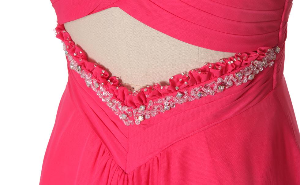 détail robe fuchsia dos découpé ornée de strass