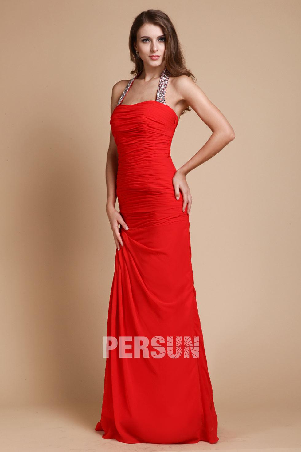 Robe rouge fourreau drapée col halter ornée de strass