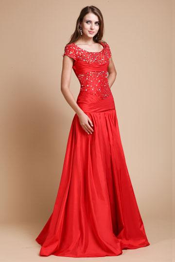 Robe soirée longue rouge encolure ovale en taffetas ornée de bijoux