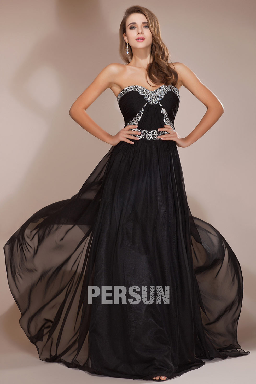 longue robe noire bustier coeur ornée de strass