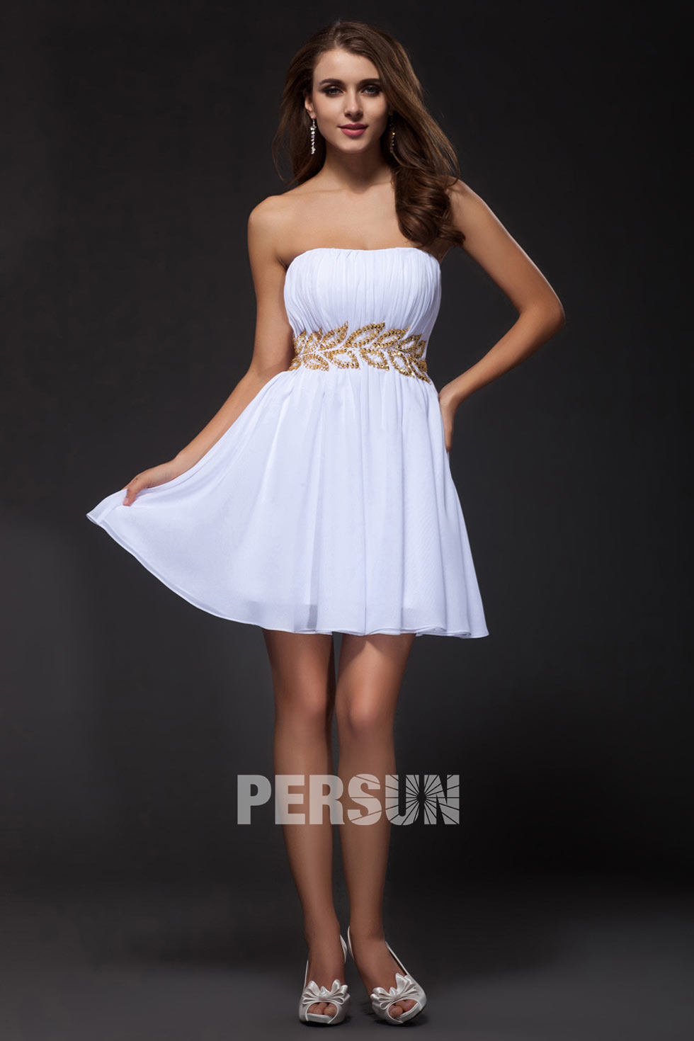 d72aad63556b Petite robe blanche bustier courte ornée de bijoux en forme de ...