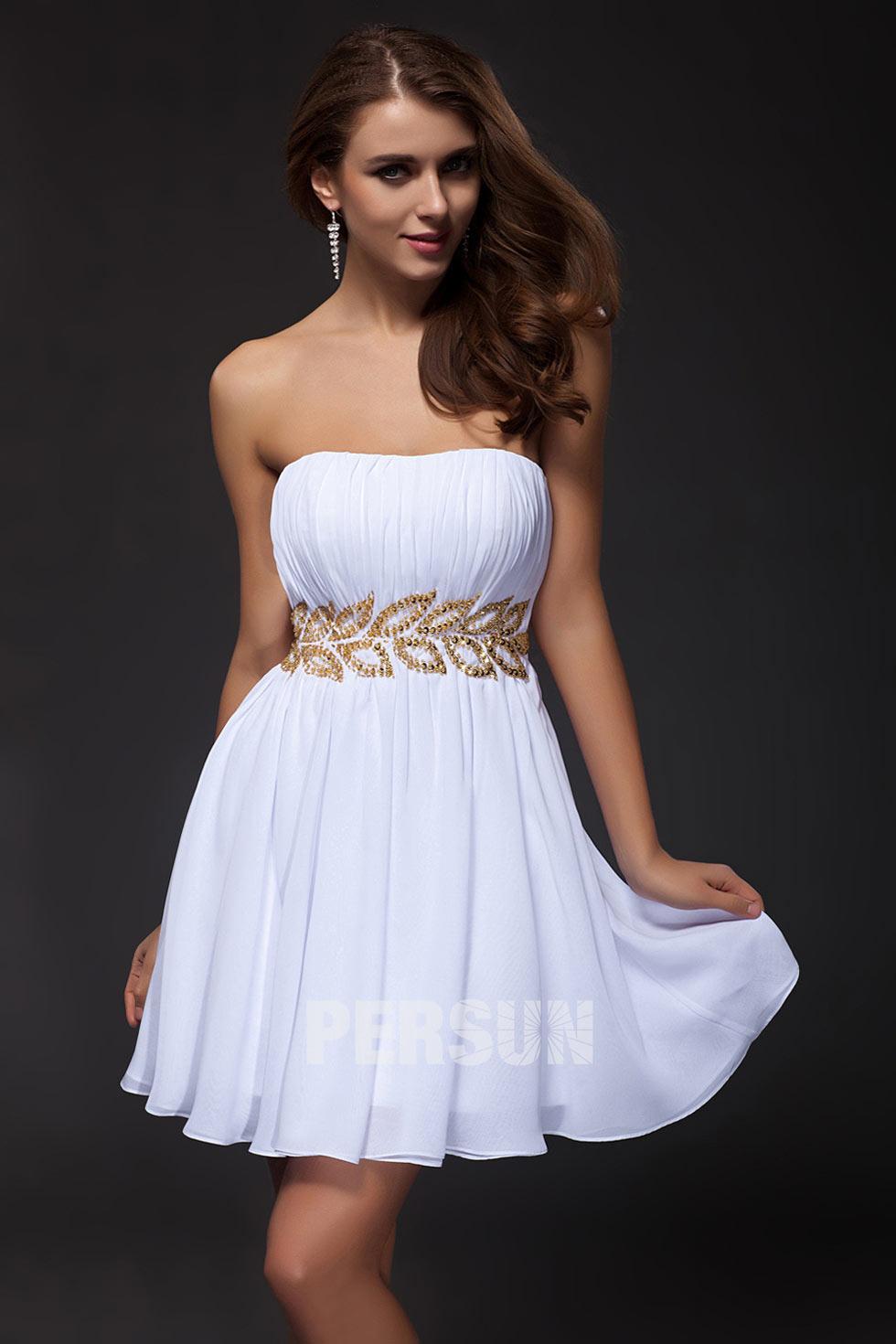 Petite robe blanche bustier droite plissée taille ceinturée ornée de bijoux en forme de feuille